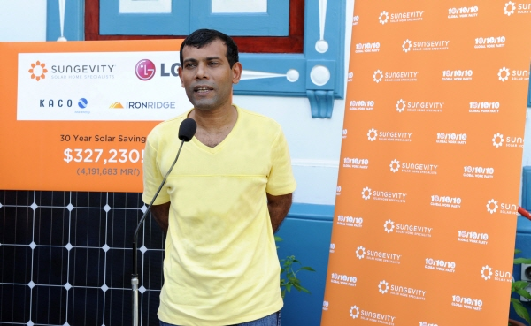 The president of the Maldives, Mohamed Nasheed, makes a speech at the Mulee Aage Palace to commemorate the installation of LG solar panels.