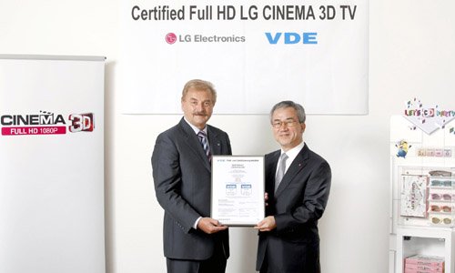 A VDE representative and Havis Kwon, president and CEO of LG Electronics Home Entertainment Company, hold up the VDE certificate.