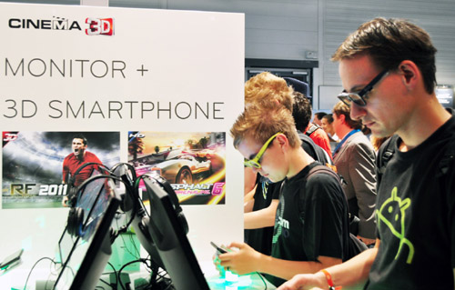 Visitors experiencing LG 3D smartphones at LG 3D Game Festival in Gamescom.