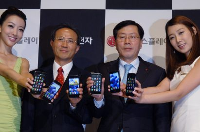 Sang-deok Yeo, Head of Mobile/OLED Department at LG Display, Young-bae, Na, Head of Business Marketing at LG Electronics Mobile Communication Company and two female models hold LG Optimus 3Ds and show its front views