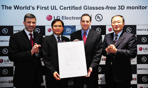 LG and UL representatives are presenting the UL certification letter for LG's Glasses-free CINEMA 3D monitor.