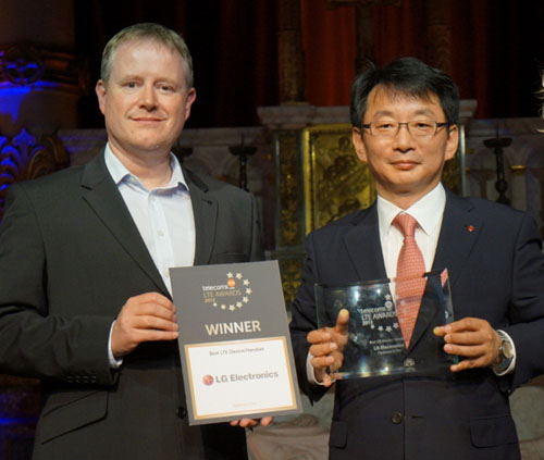 An official from telecom's LTE AWARDS 2013 and an official from LG smiling at the camera while holding their awards.