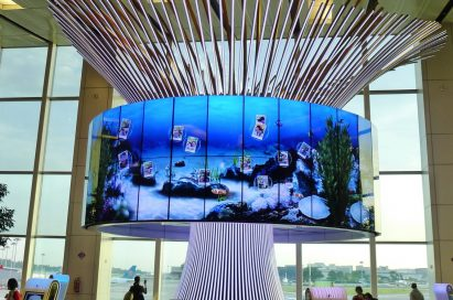 """64 47-inch LG 47WV30 displays in the form of a cylindrical video wall completes the """"Social Tree"""" installation at Changi Airport's Terminal One"""