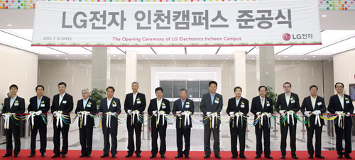 Koo Bon-moo, chairman of LG Electronics, and Koo Bon-joon, vice chairman and CEO of LG Electronics, participate in the opening ceremony of its new Incheon campus