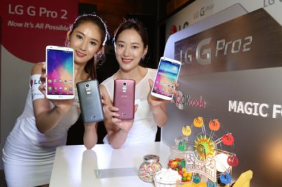 Two models showing off the front and back of the LG G Pro 2.
