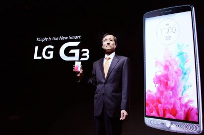 Jong-seok Park, the President and CEO of LG Electronics Mobile Communications Company is showing the LG G3 in front of a back wall on which the product message and the front of LG G3 is printed.