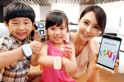 Two kid models wearing LG KizONS and a female model holding LG G3 are smiling at a camera.