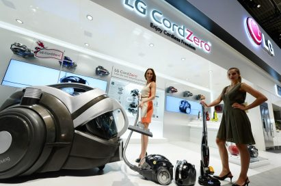 Models present LG's new CordZero™ series of premium cordless vacuum cleaners.
