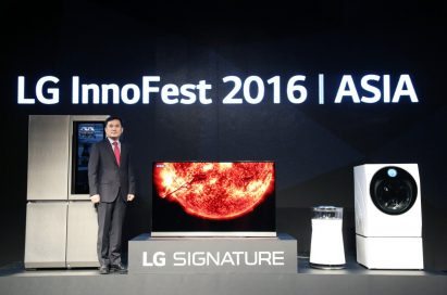 LG's Asia Regional Head Chris Yi poses with new SIGNATURE lineup at Asia's LG Innofest 2016.