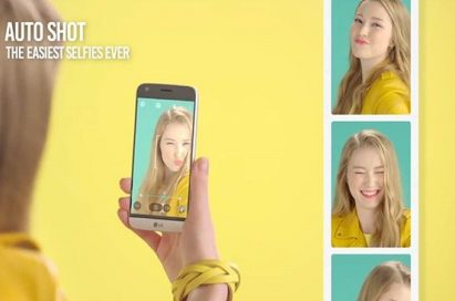 Girl taking selfies with LG G5's Auto Shot feature
