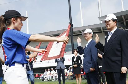 A player representative declares the LG CUP 2017 officially open in front of LG Corp. vice chairman, Koo Bon-joo, and Icheon mayor, Cho Byung-don