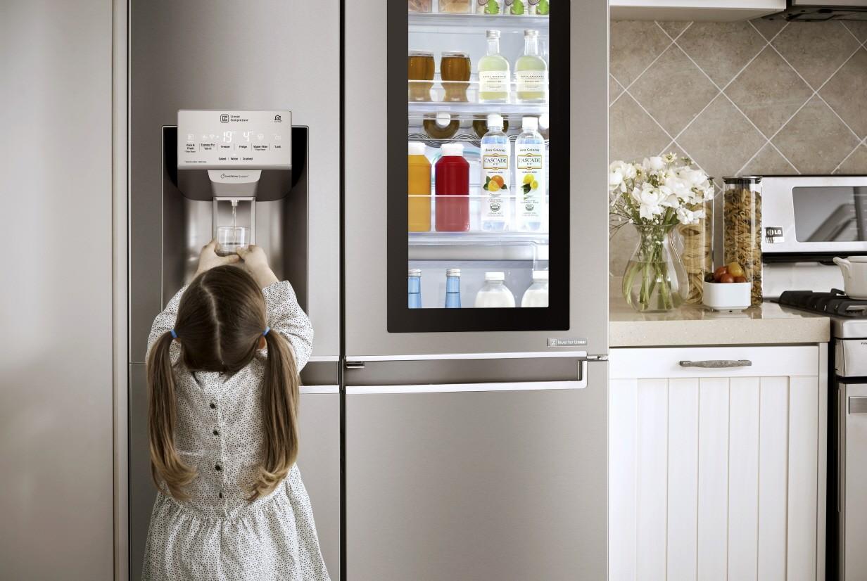 Little girl filling up water from the water dispenser on the LG InstaView Door-in-Door™ refrigerator