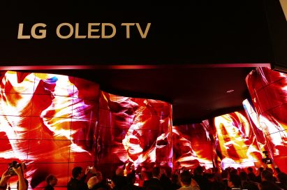 CES 2018 attendees walking through and admiring the awe-inspiring LG OLED Canyon