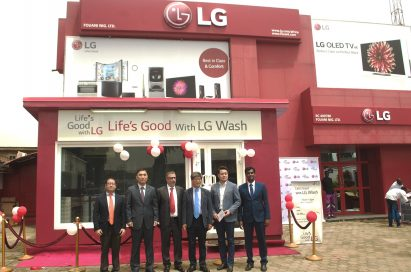 Lee Choong-hak, executive vice president of LG Electronics and in charge of corporate social responsibility initiatives, stands with other LG representatives at the opening ceremony of a new LG store.