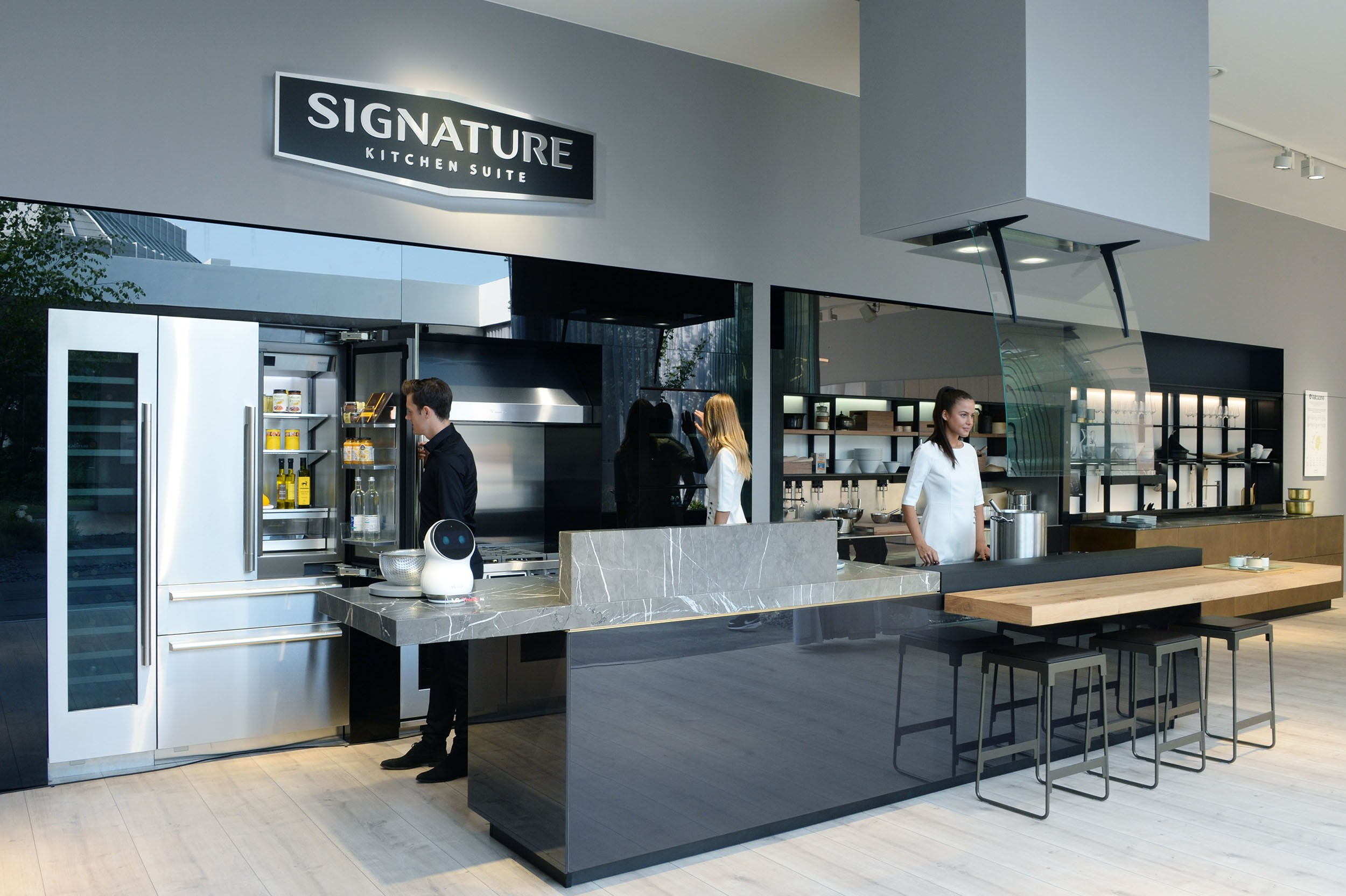 Models pose with SIGNATURE KITCHEN SUITE at IFA 2018.