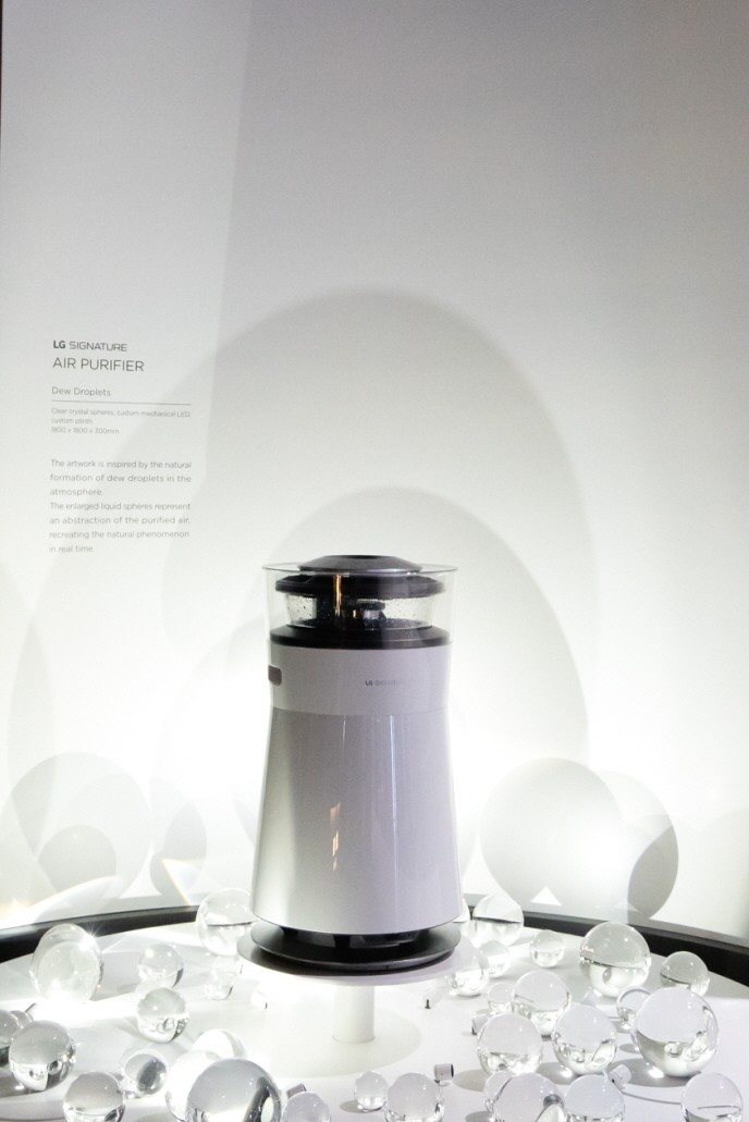 Front view of the LG SIGNATURE Air Purifier in front of the information display about the product
