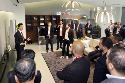 A male presenter explains the AI technology incorporated in LG SIGNATURE OLED TV W in front of attendees.