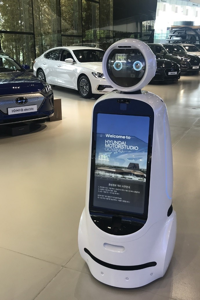 LG CLOi GuideBot greets and assists the visitors to Hyundai Motor Studio Goyang brand experience studio.