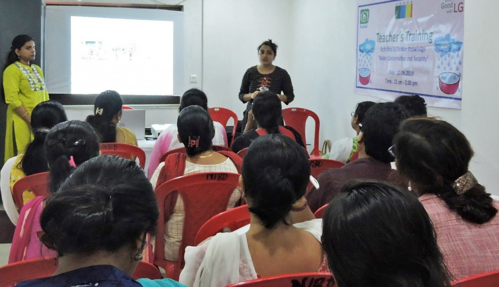 An instructor from the Forum for Organized Resource Conservation and Enhancement explains the LG Eco Agents of Change campaign in front of visiting teachers.