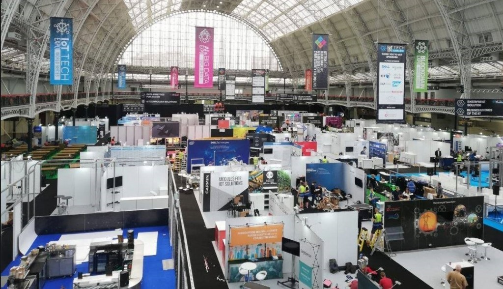 High, wide-angle view of the AI & Big Data Expo World Series floorspace where LG participated as a main sponsor.
