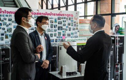 LG representatives having a conversation while wearing masks