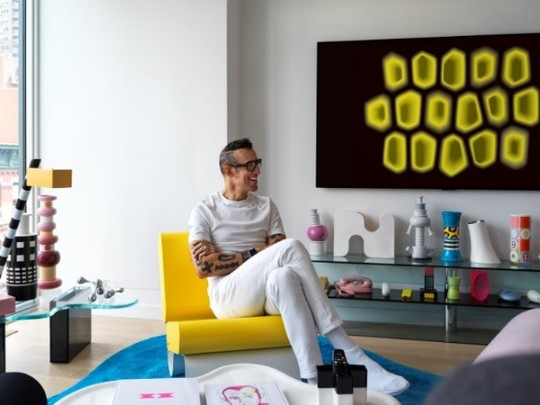 Karim Rashid poses with the LG GALLERY DESIGN TV and his work, INTROVERT, which is integrating with the surroundings