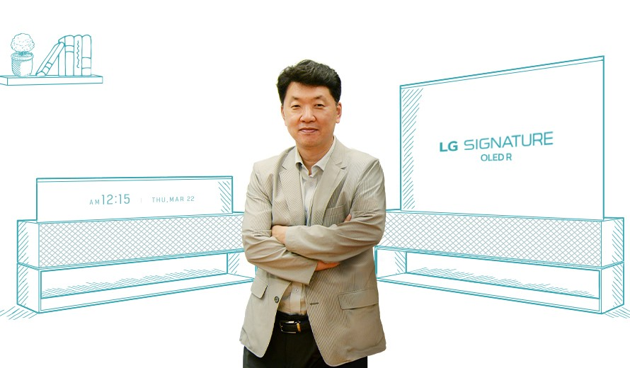 Baek Sun-pil, TV Product Strategy Team Leader, standing in front of two illustrations of LG SIGNATURE OLED R in its Full View and Line View modes